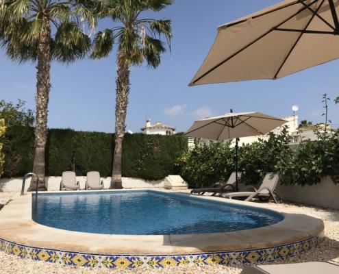 Unser Ferienhaus steht in der Ortschaft Ciudad Quesada Pool mit Palmen