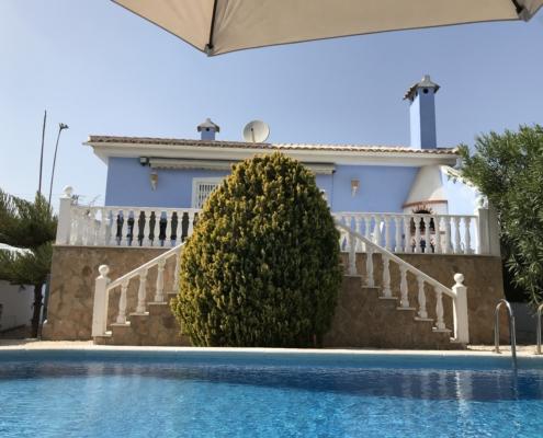 Unser Ferienhaus steht in der Ortschaft Ciudad Quesada mit Poolansicht